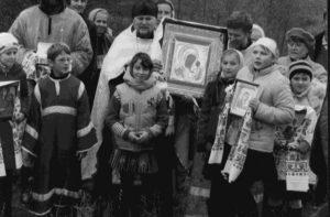 Учасники хресного ходу, в центрі настоятель Овлашівського храму отець Георгій.