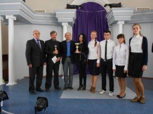 Євген Бартош, учитель географії  та економіки ЗОШ №5 із  учнями-переможцями обласного турніру юних економістів