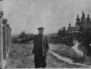 Казиміров І.С. (він же Казимір) показує місце знаходження колишньої Роменської тюрми, звідки ним та іншими карателями вивозились на автомашинах трупи розстріляних радянських громадян