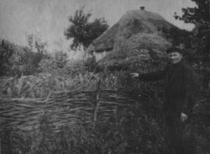 Казиміров І.С. показує місце в  Березівці, де стояв будинок сестер Однопозовых-Цаблинських, які ним були заарештовані і розстріляні.