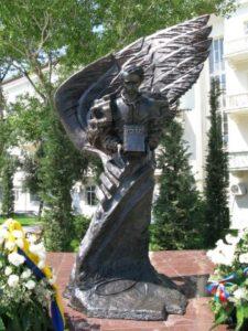 Пам'ятник Т.Г. Шевченку з «Кобзарем» у Баку. 2008 р. Скульптор І. Гречаний (Україна)