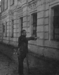 Якименко Х.Ф. показує приміщення, де разташовувалась Роменська окружна поліція і звідки восени 1942 року він разом з іншими карателями вивозив на розстріл за м. Ромни 20 радянських громадян.