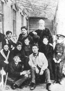 Антон Чехов (у світлій куртці) в колі родини і друзів напередодні поїздки на острів Сахалін.