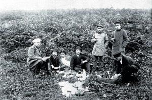 Антон Чехов (стоїть справа) на пікніку на честь японського консула Кудзу