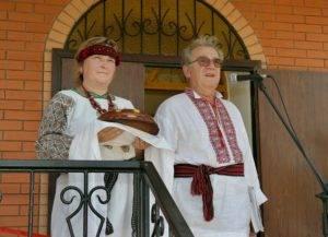 Хлібом-сіллю зустрічають гостей свята на відкритті Центру подружжя О.О. і Г.П. Скоромців.