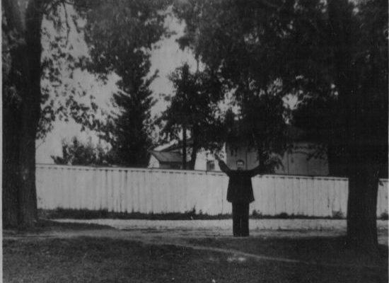 Батюта А. Г. показує верби біля будинку колишньої тюрми, на яких ним та іншими карателями були повішені радянські активісти