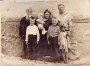 Сім'я Щвяцкус Іонаса Францісковича та Наталії Степанівни біля юрти