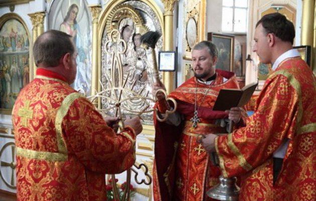 Освячення хреста на склепі Навроцьких.