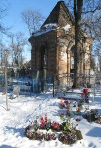 На знімку: родинний склеп Навроцьких до реставрації