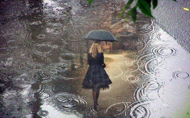 Жінка під дощем