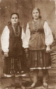 Зліва - Феодосія Якимівна Сипленко (Гірко ), донька Гірка Якима Лукича та Лукії Аврамівни