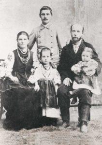 Климент Квітка (стоїть) зі старшою сестрою та її родиною, кінець 1890-х років.