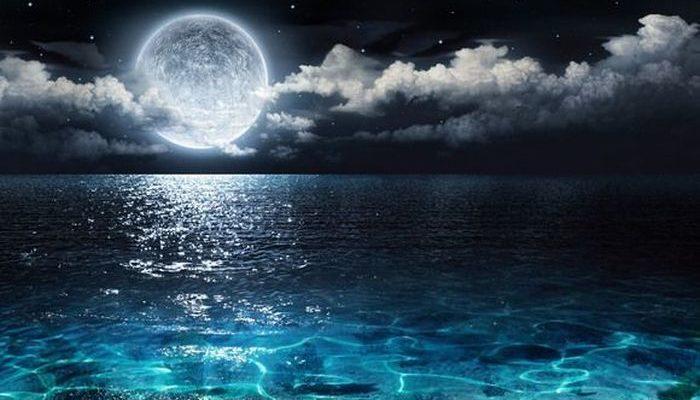 Місяць над морем