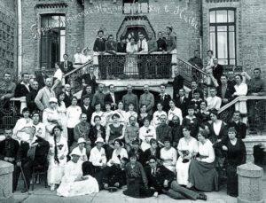 Микола Леонтович – сидить у третьому ряду четвертий праворуч – серед учасників Першого українського хору в Києві, 1919 рік