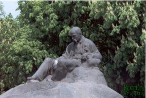 Пам'ятник Т.Г.Шевченку в Ромнах. (1918 р., у 1982 р. відновлено у бронзі. Скульптор І.П.Кавалерідзе.