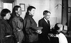 Ударні жіночі батальйони смерті. Червень 1917-листопад 1918. Стрижка наголо в цирюльні. Літо 1917 року. Світлина з Вікіпедії.