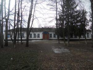 Сучасний вигляд будівлі Вовківської середньої школи, в якій більшу частину свого життя працювала вчителькою Любов Улянівна Соляник – Пархомович