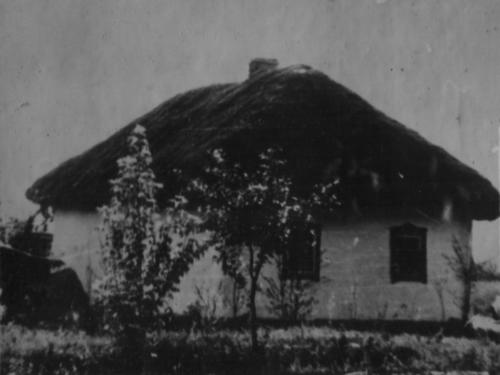 На місці цього будинку знаходилася  хата гр-ки Кулинич В., який був спалений карателями в хуторі Миколаївка